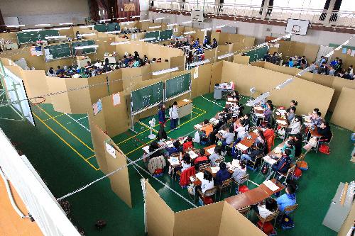 被災地の学校体育館に「段ボールの教室」を設置(簡易間仕切り・暖ボール畳)
